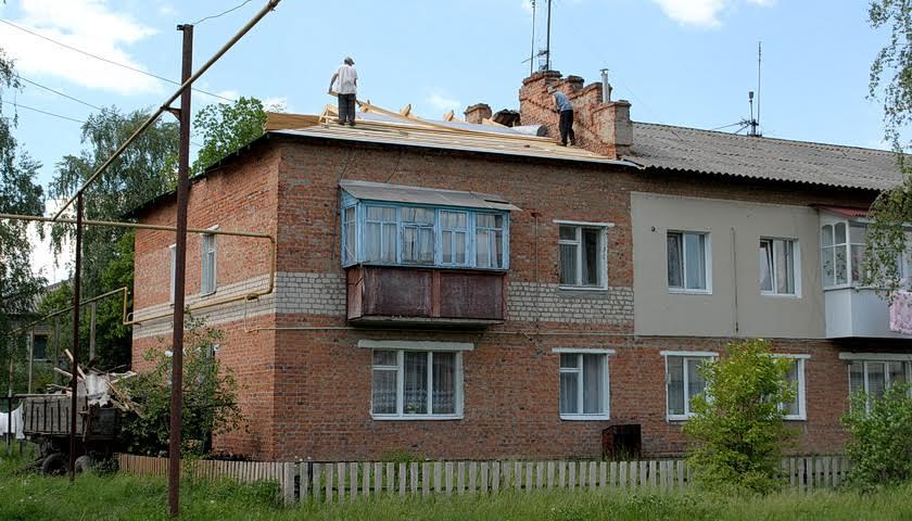 В Ямполі ремонтують дах двоповерхівки