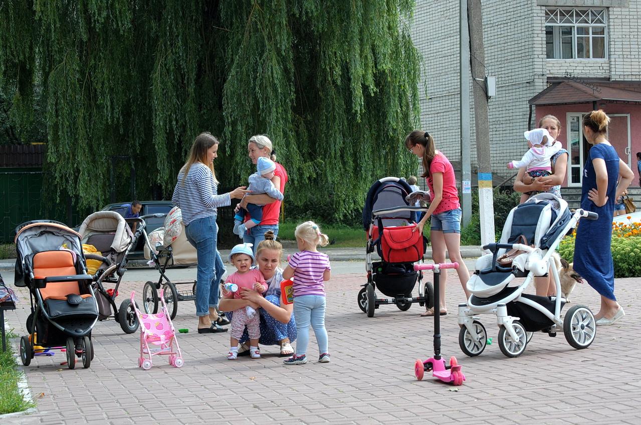 Фотофакт. Молоді мами з дітьми на вулицях Ямполя