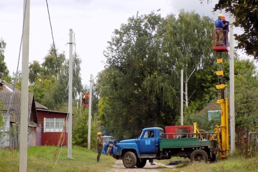 В Ямполі ремонтують лінію електропередач по Травневій і Єгорівський