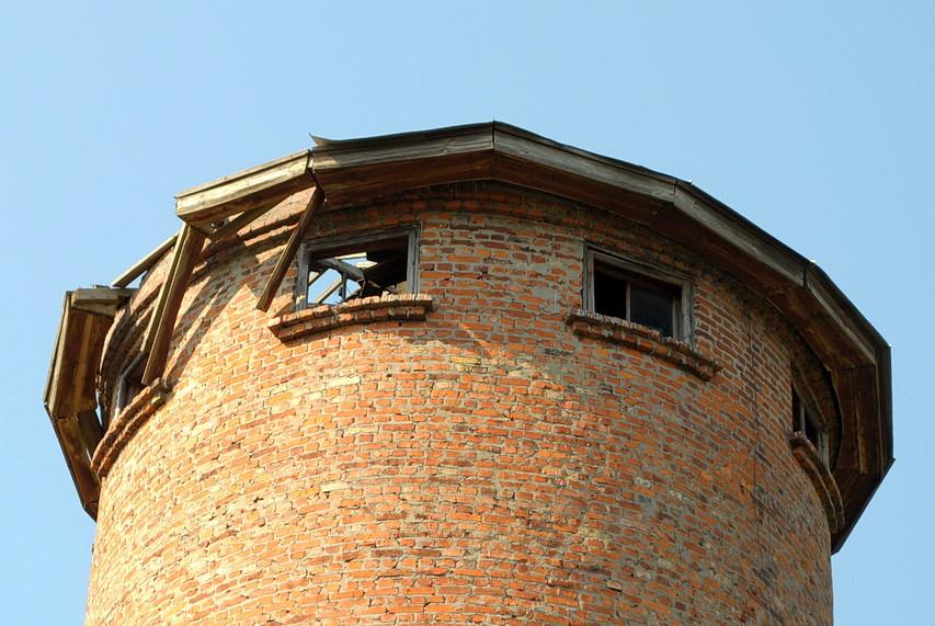 В Ямполі руйнується водонапірна башта