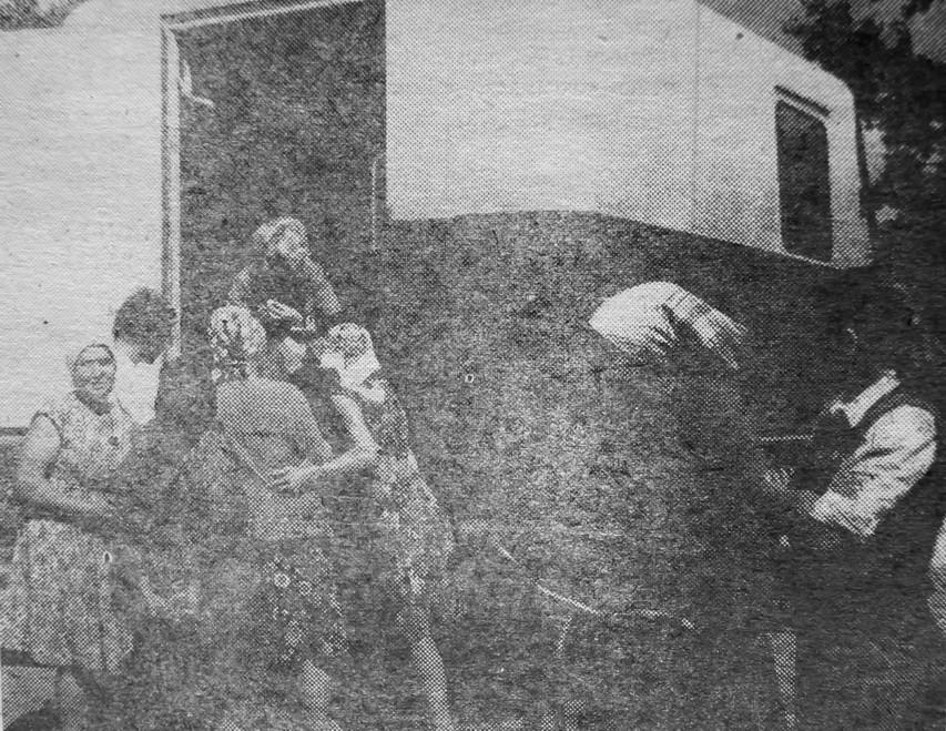 1979 рік: мешканці Марчихиної Буди скупляються в автолавці