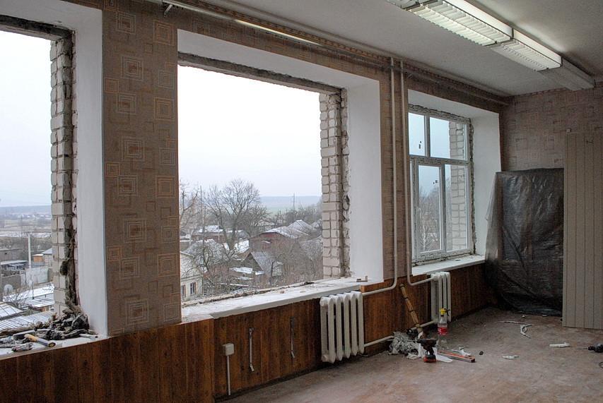 Фотофакт. В Ямпільській школі №2 міняють вікна