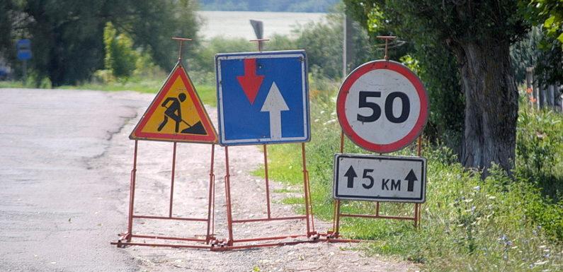 Фотофакт. В Ямполі на «відремонтовані» ділянки дороги наносять ще один шар покриття