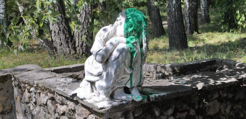 Вандали облили фарбою скульптуру в ямпільських юннатах