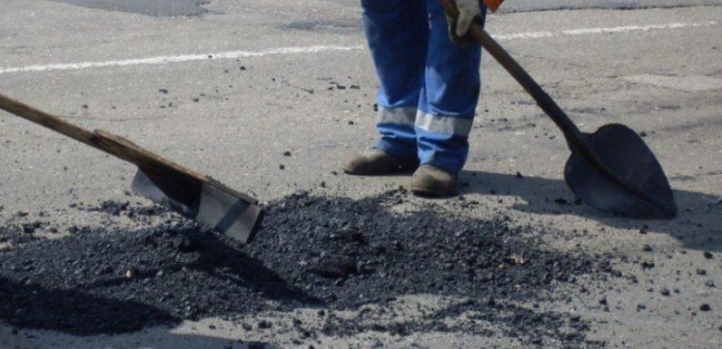 Незважаючи на сніг між Ямполем та Орлівкою триває ямковий ремонт дороги