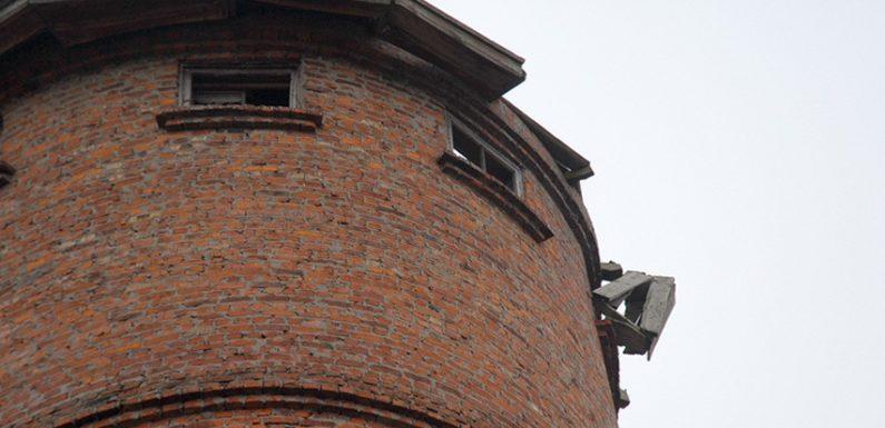 Фотофакт. Дах водонапорної вежі ось-ось звалиться на голови ямпільчан
