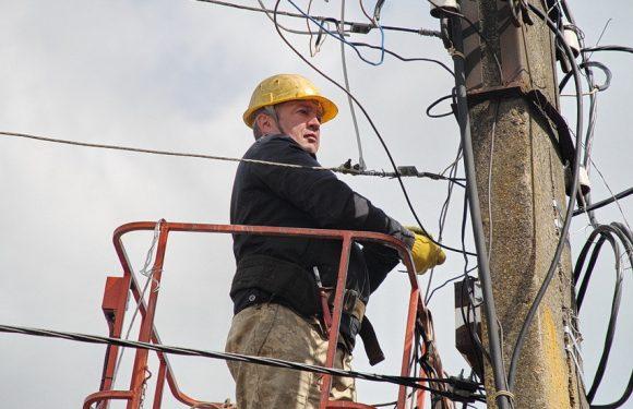 В центрі Ямполя триває планова заміна повітряної лінії електропередачі