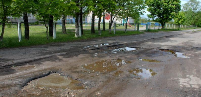 В Ямполі понад 20 років не ремонтують вкрай аварійну дорогу біля школи №2