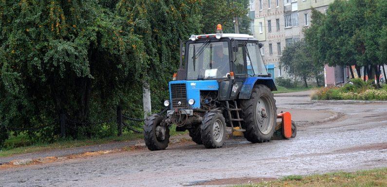 🔴 📸 В Ямполі триває підготовка до ремонту дороги біля школи