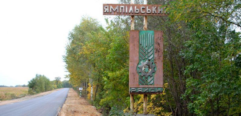 Понад дорогою Шостка-Ямпіль ржавіє знак «Ямпільський район»