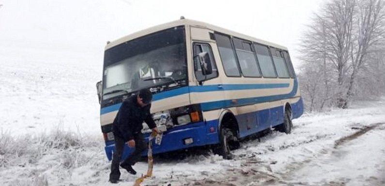 В кювет з'їхав автобус, що з'єднує Ямпіль з обласним центром