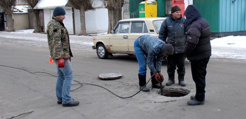 В Ямполі проводять ремонт центральної каналізаційної мережі