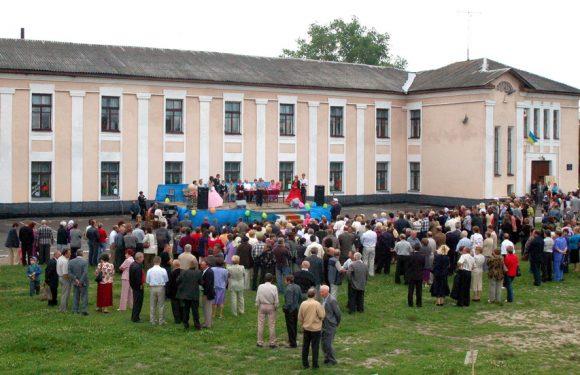Як 15 років тому в Ямпіолі відзначали ювілей школи №1