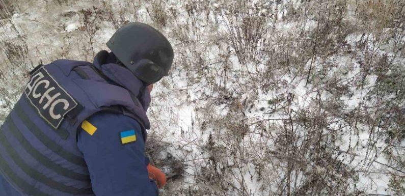 В Шатрищах біля адмінбудівлі знайшли два снаряди