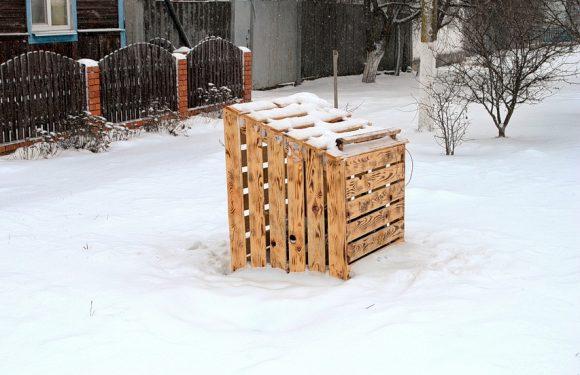 В Ямполі люди самі змайстрували контейнер для сміття