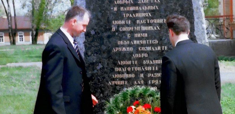 Як в 2005 році в Ямполі відкривали пам'ятний знак М. Неплюєву