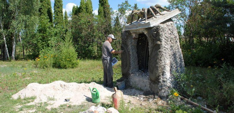Зі станції юних натуралістів звільняють відомого скульптора, який подарував Ямполю десятки скульптур – символів селища