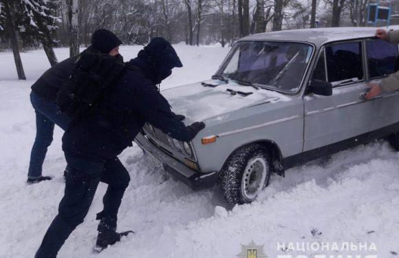 Ямпільські поліцейські прозвітували, як допомагають літнім людям та водіям справлятись з снігопадом