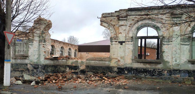 В Ямполі почали зносити стіни старовинного торгового ряду