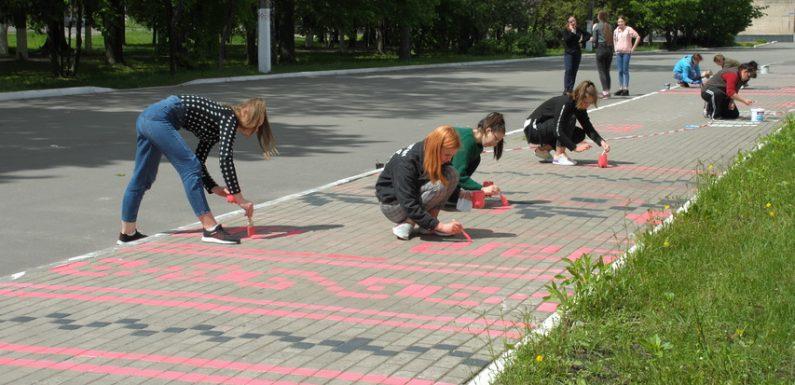 Доріжка – вишиванка: в Ямполі оновили орнамент на тротуарі перед Центром культури та дозвілля