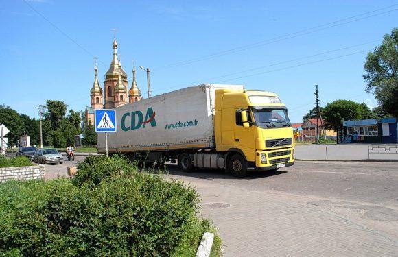 В шалену спеку Ямполем серед дня їздять вантажівки