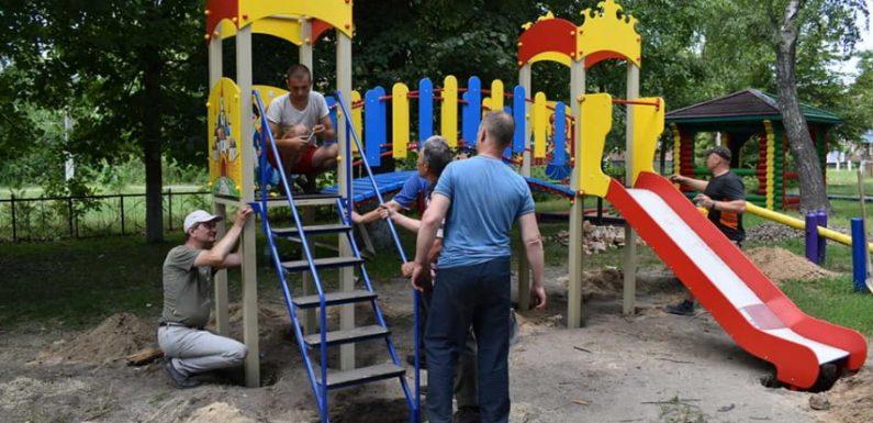 В центральному парку Свеси встановлюють новий дитячий майданчик