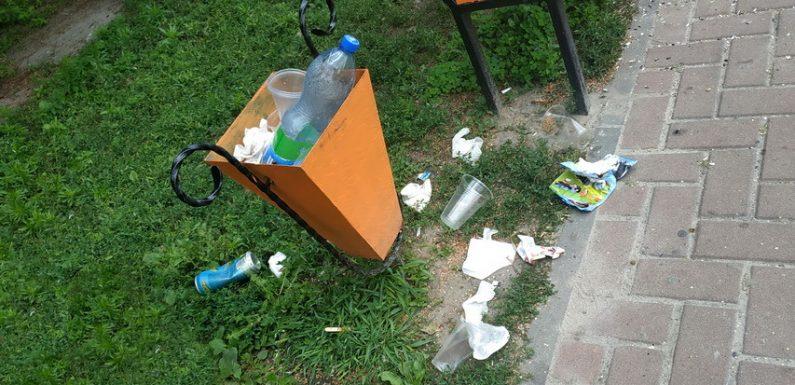 У вихідні дні центральна площа Ямполя потопає у смітті