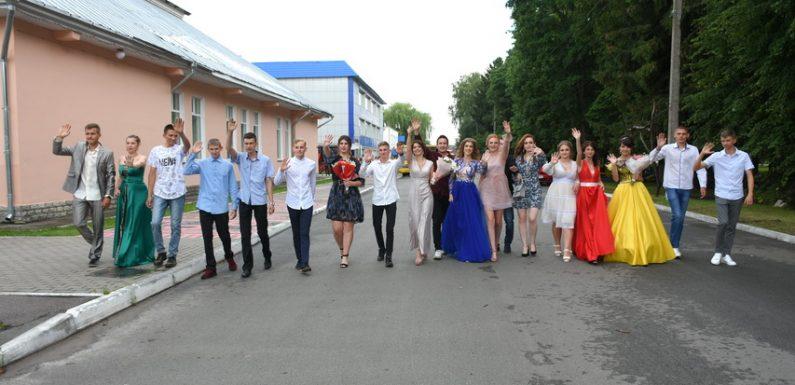 Сьогодні Ямпільська школа №1 проводить випускний бал (фоторепортаж)