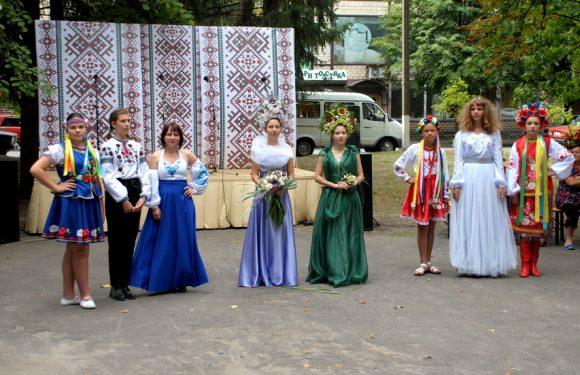 Лазертаг, дитяче містечко, показ одягу:  як Ямпіль  відзначає День громади