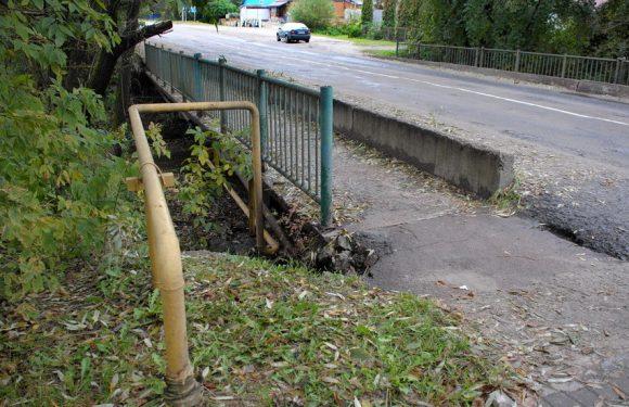 В Ямполі стічні води продовжують розмивати аварійний міст