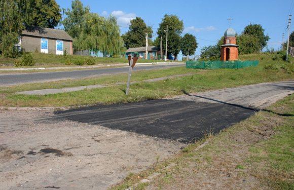 В Ямполі триває ямковий ремонт дороги до залізничної зупинки Івотка
