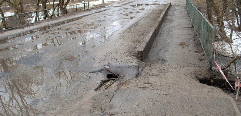 В Ямполі розмиває аварійний міст через Студенок, а на дорогах разом зі снігом сходить асфальт