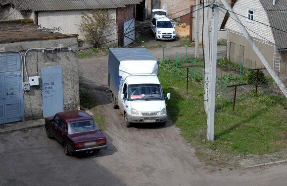 Попри облаштування в Ямполі під'їзної дороги до Нової Пошти, вантажний транспорт продовжує рух через двір житлової п'ятиповерхівки