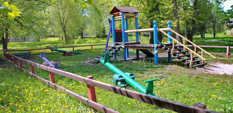 В Ямполі полагодили зламані гойдалки в парку біля Меморіалу бійцям та командирам партизанського загону «За Батьківщину»