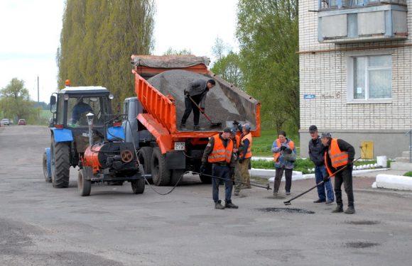 В Ямполі продовжується ямковий ремонт центральної дороги