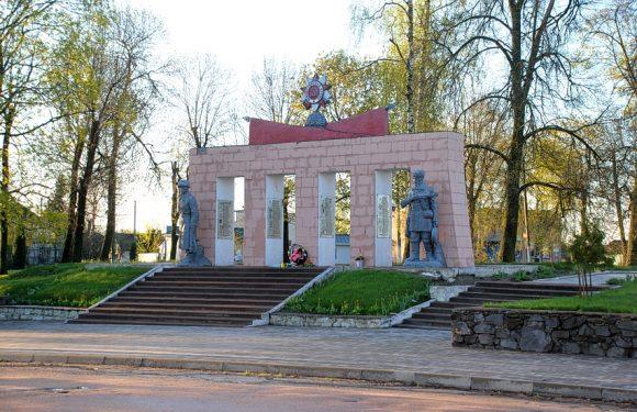 Цього року в Ямполі вирішили не проводити навіть косметичний ремонт пам'ятників, що присвячені перемозі над нацизмом у Другій світовій війні
