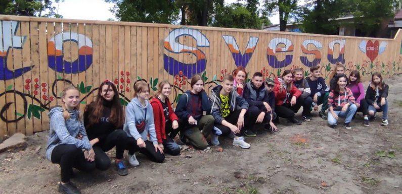 «Welcome to Svesa»: в Свесі діти розмалювали селищний паркан