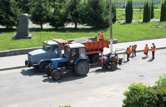 В центрі Ямполя проводять ямковий ремонт ділянки дороги територіального значення