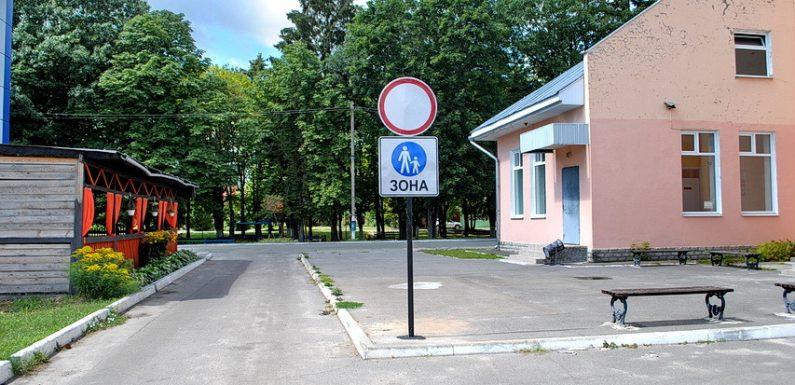 В Ямполі встановили дорожні знаки, що обмежують в'їзд на «пішохідну зону» по бульвару Ювілейному
