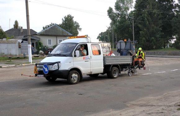 На дорозі територіального значення, що проходить через Ямпіль, наносять дорожню розмітку
