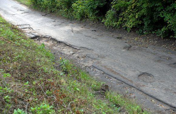 В Ямполі розмило комунальну дорогу, що веде до залізничної зупинки