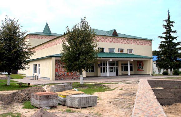 В Дружбі ремонтують площу перед Палацом культури (фоторепортаж)