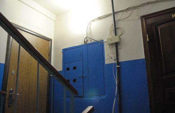 Чому під'їзди ямпільських багатоповерхівок залишились без освітлення