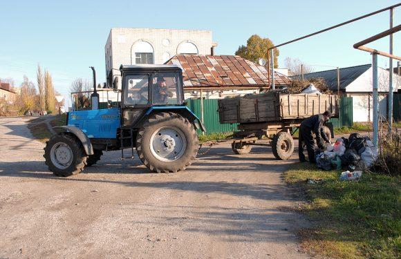 На тлі чуток про відмову ПП «Броус» обслуговувати Ямпіль, сміття в селищі збирав комунальний трактор