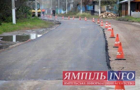 Перші метри нового асфальту на дорозі Ямпіль-Свеса (відео)